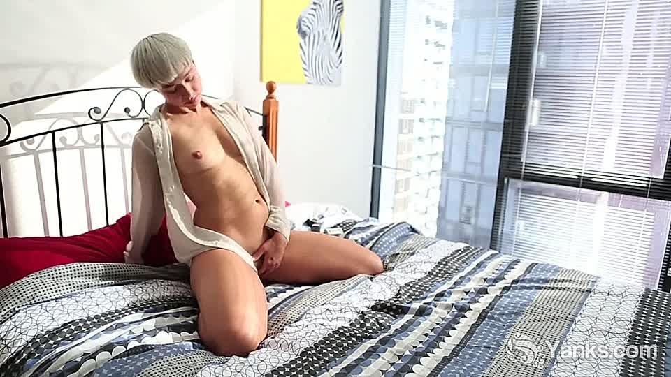 Nackt kurzen haaren blondine mit Kurze Haare
